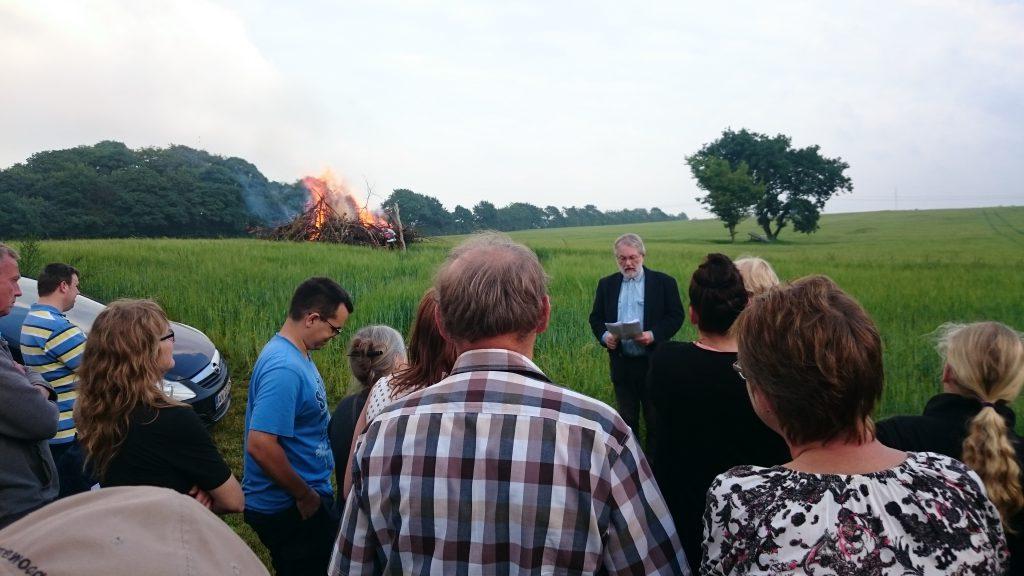 Sognepræst Jørgen Husted holdt årets båltale. I baggrunden bliver heksen sendt til Bloksbjerg akkompagneret af lyden af en stak heksehyl.