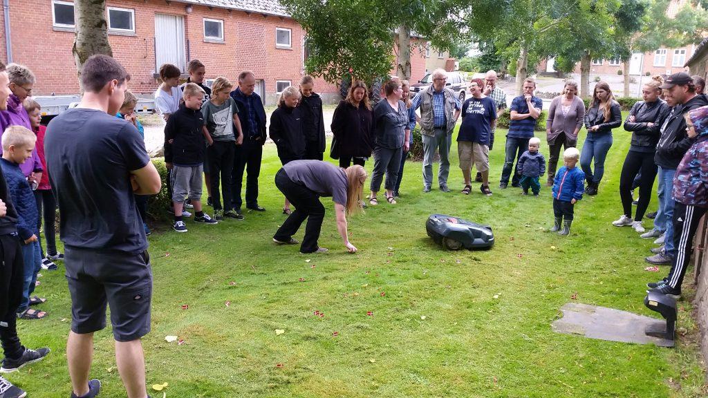 Morten Skildpadde konkurrence: Deltagerne køber små flag til en femmer stykket, som man så sætter inden for robot-plæneklipperens (med navnet Morten Skildpadde) område. Ejeren af det flag, der sidst bliver klippet, har vundet.